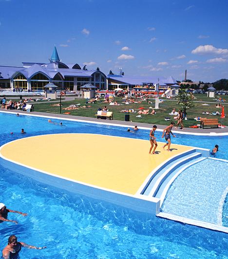 Sárvár  Sárvár legfőbb turisztikai vonzereje minden bizonnyal a kétféle gyógyvíz: 1200 méter mélyből 43 C°-os, 2000 méter mélyről pedig igen magas sótartalmú gyógyvíz tör fel.  Kapcsolódó cikk: Európa legszebb wellness úticélja, a sárvári Spirit Hotel »