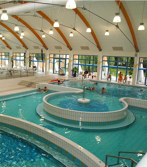 Szarvas A Szarvasi Gyógyfürdő fedett, zárt épületével, valamint napozóteraszával és parkosított udvarával mind gyógyászati, mind sport- és rekreációs szolgáltatás szempontjából ideális hely.
