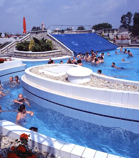 Tiszaújváros A Tiszaújvárosi Gyógyfürdő impozáns épületében három különböző hőmérsékletű medence közül választhatnak a vendégek. A Strand pedig a legkorszerűbb fürdőtechnikai megoldások felhasználásával lepi meg látogatóit.