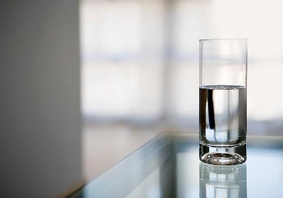Ne csak egyél, igyál is! Minél több szénsavmentes ásványvizet! Ez egyfelől segít majd pótolni az alkohol által elvont folyadékot a szervezetedből, ráadásul a máj méregtelenítő munkáját is segíti.