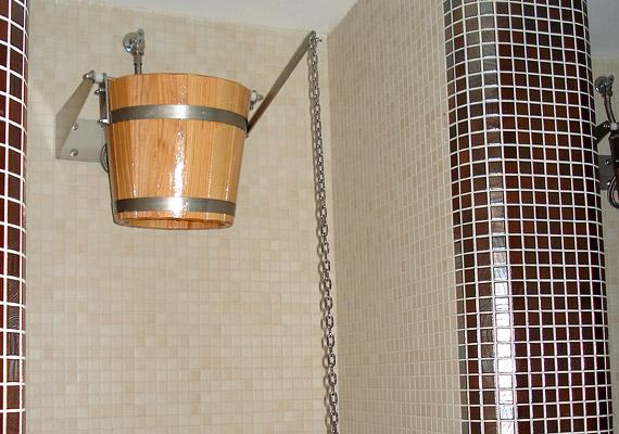 Szaunázás után mindenkinek jólesik egy frissítő hideg zuhany, a bátrabbak akár vödörből is magukra dönthetik a vizet.