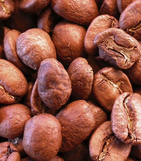 KávéHa szoktál kávézni, kezdd egy csészével a másnapot is. Mindegy, hogy sima vagy instant kávét fogyasztasz. A koffein érösszehúzó hatású, azaz szűkíti az agyi vérereket, és csökkenti a fejfájást.Kapcsolódó cikk:Mennyi kávét iszol egy nap? »