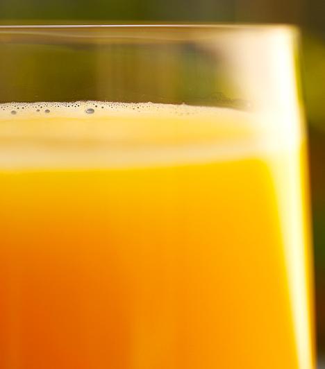 GyümölcsléA gyümölcsök fruktózt tartalmaznak, ami segít a szervezetnek az alkohol minél gyorsabb lebontásában. Egy nagy pohár narancs- vagy paradicsomlé elfogyasztása ráadásul feltölti a szervezet lemerült vitaminraktárait is.Kapcsolódó cikk:4 másnaposság elleni praktika »