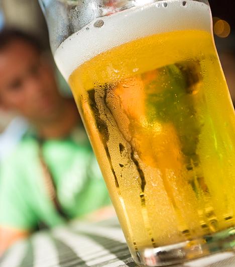 SörBizonyára ismered a kutyaharapást szőrével című népi gyógymódot. Egy pohár sör valóban segíthet a reggel rád törő hasogató fejfájáson és rosszulléten. Azt azonban vedd számításba, hogy ezzel elnyújtod a regenerálódás idejét.Kapcsolódó cikk:A sör elhallgatott gyógyhatásai »