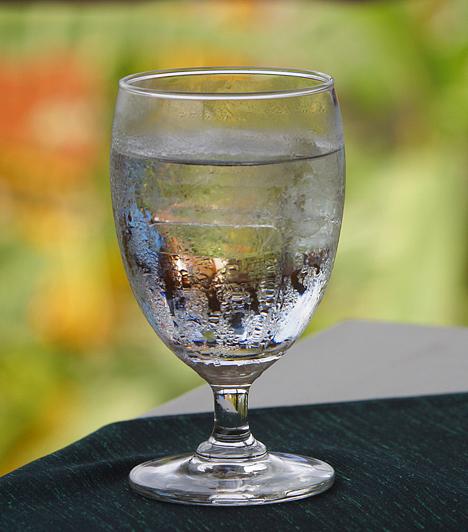 VízA túlzott alkoholfogyasztás a sejtek kiszáradásához vezet, így dehidratálttá teszi a szervezetet. Mindjárt felkelés után igyál egy nagy pohár szénsavmentes ásványvizet, így enyhíthetsz a kiszáradás okozta rossz közérzeten.Kapcsolódó cikk:A dehidratáltság 6 biztos tünete »