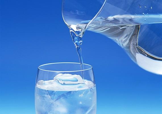 Az alkoholfogyasztás kiszáradáshoz vezet, ezért fontos, hogy hidratáld a szervezeted. Néhány pohár víz elfogyasztása után jobban fogod érezni magad, ráadásul háborgó gyomrod is megnyugszik.
