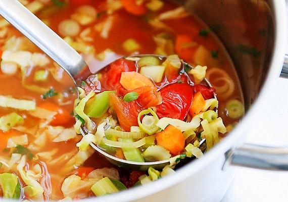 Egy nagy tányér zöldséglevessel pótolhatod azt a nátrium- és káliummennyiséget, melyet az alkoholfogyasztáskor veszített a tested. Kellemesen meleg hőmérséklete révén pedig megnyugtatja a háborgó gyomrot - valószínűleg nagyanyád is főzött már nagyapádnak ilyen megfontolásból.
