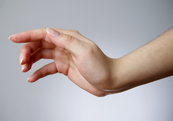 A talp és a lábfej mellett az új anyajegyek megjelenése, illetve a melanoma közti összefüggés tekintetében a lábfejhez hasonlóan kockázatos terület lehet a kézfej is, legyen szó a tenyérről vagy éppen az ujjakról. Elég egy olyan aprócska pötty megjelenése, mint az előző esetben.