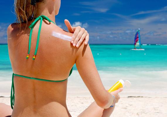 Mindezek mellett fontos tudni, hogy melanoma a bőrfelszínen bárhol másutt is kialakulhat, különösen érintettek lehetnek például az olyan, napozásnak kitett területek, mint a hát, a lábak, a karok és az arc. Mindemellett érdemes tudni, hogy a kialakulás területének tekintetében a nemek szerint más lehet a megoszlás, nőknél például különösen érintett lehet a lábszár, míg férfiaknál a törzs, illetve a hát felső része. Az új anyajegyek megjelenésén túl is érdemes legalább félévente ellenőriztetni a régi anyajegyeket a bőrgyógyásszal, különös tekintettel a gyanúsabb, atípusos anyajegyekre, ami még inkább igaz, ha nagyon sok anyajegyed van, világos a bőröd, a családodban fordult már elő hasonló megbetegedés, fiatalabb korodban sokat napoztál, illetve többször is súlyosan leégtél.