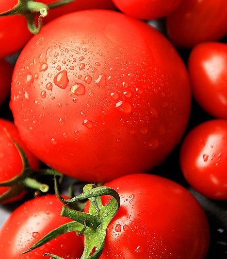 Paradicsom  A paradicsom élénkpiros színét a likopin nevű antioxidáns karotinszármazék adja. A legtöbb likopint a szabadföldi paradicsom tartalmazza, az üvegházban érlelt - illetve bármilyen más zöldség, gyümölcs - jóval kevesebbel büszkélkedhet. A vegyület nem csak rákos betegségek ellen nyújt védelmet, hanem támogatja a zsíranyagcserét, erősíti az immunrendszert, valamint szabályozza a sejtosztódást is.  Kapcsolódó cikk: Így fogyaszd a paradicsomot rák és szívbetegség ellen! »
