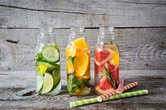 Citrusos: a citrusfélékkel telerakott víz alapja a citrom, de kerülhet bele narancs, mandarin és lime is. A gyümölcsök felét facsard ki, másik felét vágd fel csinos szeletekre. Önts hozzá vizet, zöld teát vagy matét. Egy kis mentalevéllel és gyömbérrel is megbolondíthatod. A citrusos anyagcsere pörgető hatású, a magas C-vitamin-koncentrátum miatt támogatja az egészségedet, ugyanakkor segíti a méreganyagok kiürítését is a szervezetedből.