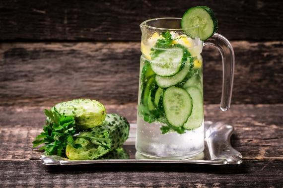 Uborkás-mentás: az uborka az egyik legerősebb vízhajtó, így kimossa a szervezetből a puffadásért felelős vizet. Emellett gyulladáscsökkentő és hidratáló is. Vágd fel az uborkát szeletekre, öntsd nyakon vízzel, majd a különleges ízű vizedet ízesítsd egy kis mentával és gyömbérrel. A két utóbbi fűszernövény felturbózza az anyagcserédet.