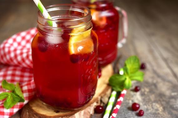 Piros bogyós: bizonyítottan a legerősebb antioxidánsok a vörös árnyalatú gyümölcsök. Az erdeigyümölcs-ízű tisztítóvízhez fagyasztott gyümölcsöket is használhatsz. Kellemes aromája miatt felesleges ízesíteni, de ha igényled, egy kis sztíviát szórhatsz bele.