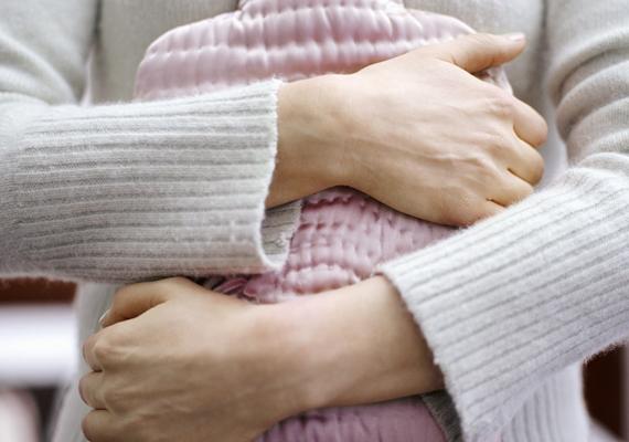A melegítőpárnát vagy a meleg vizes palackot sokan javasolják a fájdalom enyhítésére. Enyhít is rajta valóban, azonban mivel fokozza a vérkeringést, vérbőséget eredményez, és felerősíti a menstruációs vérzést is. Így tünetenyhítésre remek ugyan, de utána sanszos, hogy még erősebbé válik a menzeszed - még erősebb görcsök kíséretében.
