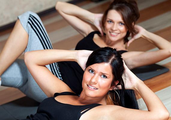 Sok szakértő tanácsolja a testmozgást a tünetek enyhítésére. Ez részben nem is rossz megoldás, de az intenzív sportot - főleg a futást, ugrálást, kardió edzéseket - inkább kerüld, mert felerősíthetik a fájdalmat. Testmozgás alatt ilyenkor inkább a nyújtó-lazító gyakorlatokat értsd, egy könnyedebb jógagyakorlatsort például.