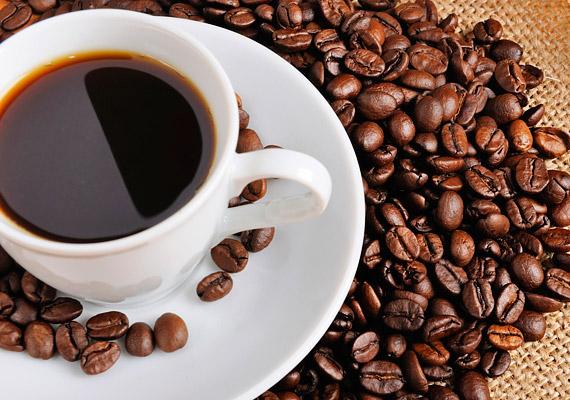 A kávéról nemrégiben derült ki, hogy nem egyszerűen megemeli a vérnyomást, és ébren tart, de hatással van a szervezet cirkadián ritmusára is. Egy kísérlet során a három órával lefekvés előtt fogyasztott koffein mintegy 40 perccel tolta el a melatonin hormon kibocsátását. Ha tehát aludni szeretnél, legkésőbb négy órával lefekvés előtt tanácsos befejezned a kávéivást.