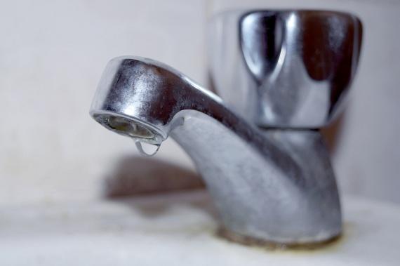 Szintén problémát jelenthet, ha a házban, melyben élsz, régi a vízvezetékrendszer, a régi csőrendszerek ugyanis ólmot is tartalmazhatnak, ami a vízbe is bekerülhet. A legjobb megoldás a rendszer cseréje, ha azonban erre nincs mód, átmeneti megoldásként érdemes például legalább egy-két percen át folyatni a vizet, mielőtt iszol belőle. Ide kattintva bővebben is olvashatsz a témáról.