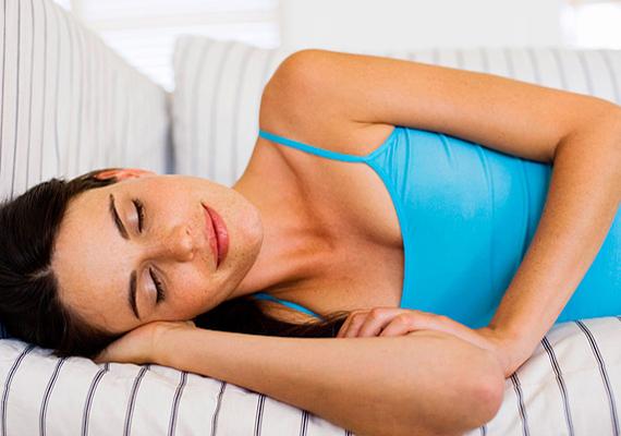 Oldalt fekvők: az oldalt fekvés előnyös a gyomor- és bélrendszeri betegségekkel küzdők számára, illetve enyhítheti a hastájéki fájdalmakat, de emellett, egész éjszaka ebben a helyzetben maradva, túl nagy terhet jelenthet a gyomor számára. Nem kellemes továbbá a tüdőnek sem, hosszú távon nem tesz jót a ránehezedő teher. Fontos az is, hogy a pózváltás nélküli oldalt fekvés elzsibbasztja a kart, sőt, teljesen érzéketlenné is teheti. Ez súlyos esetben idegi vagy izomkárosodáshoz is vezethet! A gyakori vállfájás okozója is az oldalt fekvés, hiszen természetellenes módon nehezedik a súly a nyak- és válltájéki izmokra.