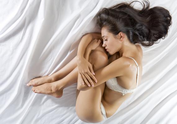 Embrió póz: a kilenc hónap alatt, amit az ember az anyaméhben tölt, bizony hozzászokik az embrió pózhoz. Nem véletlen, hogy sokan felnőttkorukban is ezt érzik a leginkább kényelmesnek, hiszen a gerinc egy természetes görbületet vesz fel. Viszont az ízületi fájdalmak szempontjából hosszú távon nem kedvező, az oldalt fekvéshez hasonlóan felléphet zsibbadás, a váll számára is kellemetlen egész éjjel így aludni, a magasabb párna pedig ez esetben is nyaki fájdalmakhoz vezethet.