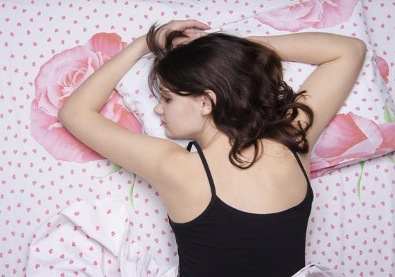 Hason fekvők: a szakemberek határozottan egyetértenek abban, hogy ez a lehető legegészségtelenebb póz. Egyrészt súly nehezedik a has- és gyomortájéki szervekre, ami károkat okozhat, másrészt a gerinc számára közel sem optimális, hogy természetes görbülete kiegyenesedik. Amennyiben ragaszkodsz ehhez a pozitúrához, és úgy érzed, más pózban nem alszol jól, egy kispárnát tegyél a csípőd alá, hogy a gerinc természetes görbülete megmaradjon. Sokan a kezüket teszik oda, mert álmukban érzik, hogy a gerinc számára ez jóval kényelmesebb: ez sem rossz megoldás, csak sajnos fennáll a zsibbadás veszélye. Ráncok szempontjából is ez a legkedvezőtlenebb, mert folyamatosnak gyűrésnek teszi ki a párna az arcot.