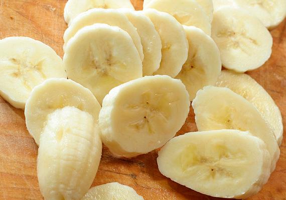Gyömbéres banánturmixA banán kellő energiát ad reggel, míg a gyömbér segít bontani a zsírszövetet. Ehhez a turmixhoz használj egy vagy két banánt, attól függően, hogy mennyire élsz aktív életet, adj hozzá körülbelül egy kávéskanálnyi frissen reszelt gyömbért, és annyi cukor nélküli szójatejet, hogy iható sűrűségű legyen a turmixod.A hozzávalókat dobd bele a turmixgépbe, és egy-két perc után már kész is!