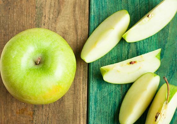 A gyümölcsfogyasztás általában elfelejtődik gyerekfejjel, de ezt is kiküszöbölheted. Ha egy almát megpucolsz, felszeletelsz, és a cikkeket színes, vidám dobozba rejted, amit a suliba is magával tud vinni a kicsi, akkor nagy valószínűséggel el fogja fogyasztani. De ha otthon teszed le mellé tévénézés vagy játék közben, akkor is elérheted, hogy csemegézzen belőle.