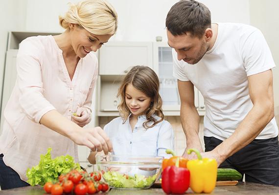 Nagyon fontos a példamutatás, ha azt szeretnéd, hogy gyermeked több rostot fogyasszon. Egyél te is több zöldséget, gyümölcsöt, de úgy, hogy a kicsi is lássa. Esetleg készíts olyan köretet a hétvégi ebédhez, ami felpörgeti az anyagcserét, a barna rizs, a köles például finom, és rengeteg rostot tartalmaz, de a zöldsalátával se foghatsz mellé. Ha tudod, vond is be a gyerkőcöt a főzésbe, hogy lássa, egészséges alapanyagból is lehet finomat főzni.
