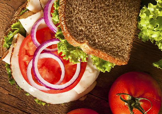 Ha szendvicset készítesz neki reggelire, tízóraira vagy vacsorára, ügyelj rá, hogy némi zöldség is megbújjon a szalámi és a kenyér között. A jégsaláta, retek, paprika, paradicsom mind jó választás lehet, bár ha paradicsommal gazdagítod, akkor ne papírszalvétába csomagold a szendvicset, mert félő, hogy a zöldség elázik, és beleragad a kenyérbe.