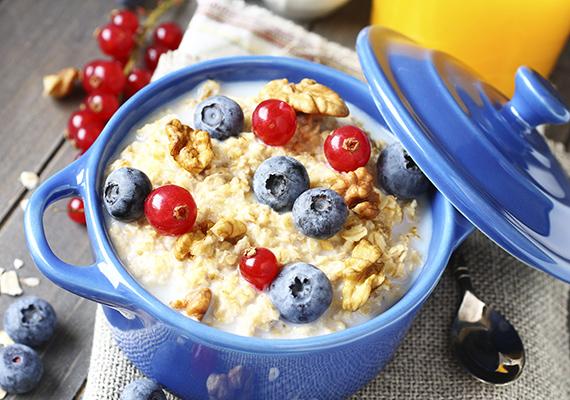 Kétféle gyerek létezik: a mindenevő és a válogatós. Ha a kicsi az előbbi kategóriába tartozik, akkor a zabpehelyből készült, gyümölccsel, fahéjjal vagy kakaóporral megszórt reggelire is vevő lesz - ez a könnyebbik eset. Ha viszont nem eszik meg akármit, cselezd ki. Válassz teljes értékű gabonából készült gabonapelyheket reggelire, vagy keverj az előrecsomagolt reggelizőpelyhekbe egy kis zabpelyhet is, naponta növelve picit az adagot, hogy a gyerek hozzászokjon és megszeresse. A végén már a zabkása sem lesz kellemetlen számára.