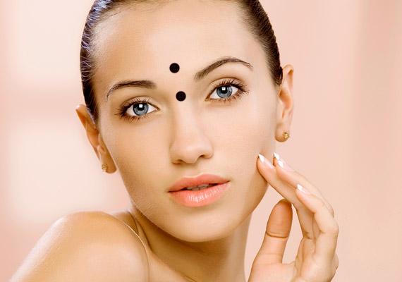 A két szem közötti rész a hasnyálmiriggyel áll összeköttetésben, valamivel fölötte pedig a májat érintő problémák mutatkozhatnak meg pattanások és bőrhibák formájában.