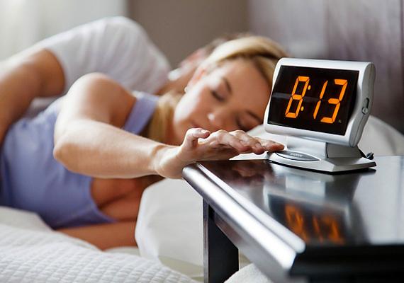 A hálószobában lehetőleg legyen teljesen sötét, emellett ne aludj el úgy, hogy szól a tévé vagy éppen csak az ébresztőóra rádiója. Bár sokan szeretnek úgy lefeküdni, hogy időzítik utóbbiak kikapcsolását, ez sem feltétlenül jó, ugyanis a hang, illetve a fény hirtelen megszűnése is okozhat éjszakai felriadást.