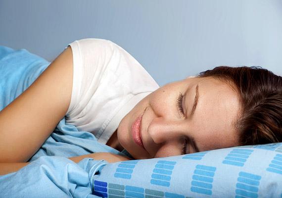 A kielégítő alvásnak elengedhetetlen feltétele a jó alvásritmus, amihez pedig az, hogy körülbelül mindig ugyanakkor feküdj le. Az sem jó, ha ezt túl későn teszed, ahhoz ugyanis, hogy a megfelelő ritmus kialakuljon, a kutatások szerint az első mélyalvási fázisnak még éjfél elé kell esnie.