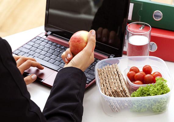Ha az íróasztalodnál ebédelsz, nemcsak egyszerűen ragadni fog a billentyűzet, az egér és maga az asztal. Mivel ezeket az eszközöket gyakran piszkos kézzel érinted meg, hiába mosol kezet étkezés előtt, számolhatsz a fertőzésveszéllyel. Tudj meg többet arról, még miért nem ajánlott az íróasztalnál enni.