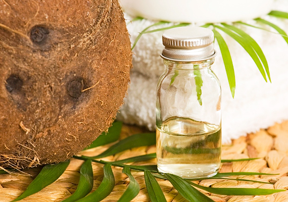 A kókuszolaj remekül hidratál, ami ráfér a vízhiányos bőrre, ráadásul ezáltal a lehámlás esélyét is mérsékli. Nem utolsósorban pedig az illata is mennyei.