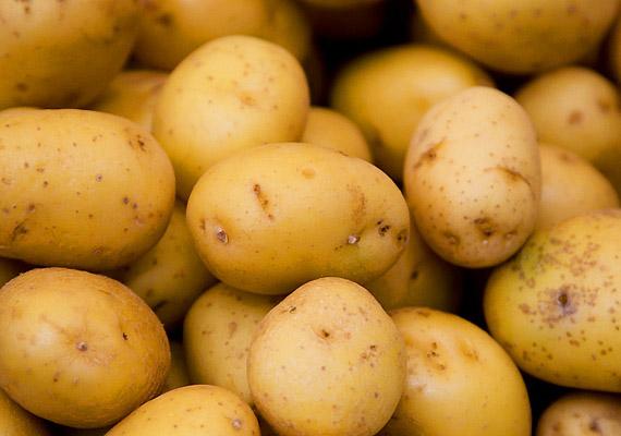 A krumpli gyulladáscsökkentőként és fájdalomcsillapítóként is remekül alkalmazható a leégett felületeken. Egyszerűen reszeld le a krumplit, és kend a hátadra a masszát. 15-20 perc után mosd le!