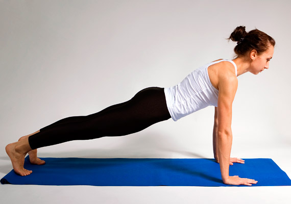 Tartsd bent a levegőt, majd az elől lévő lábat vidd a hátul lévő mellé, és helyezkedj deszka pózba - kumbhakászana. Fejtetővel nyújtózz előre, sarokkal hátrafelé - így nyújtsd meg a gerincet. A test súlya eloszlik tenyerek és a lábujjak között.
