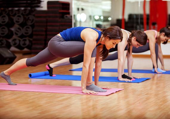 Belégzés közben ugyanazzal a lábbal, amelyikkel korábban hátraléptél, most lépj vissza előre. A hátul lévő térded legyen a földön, csípődet finoman told előre, nyújtsd a belső combizmokat.