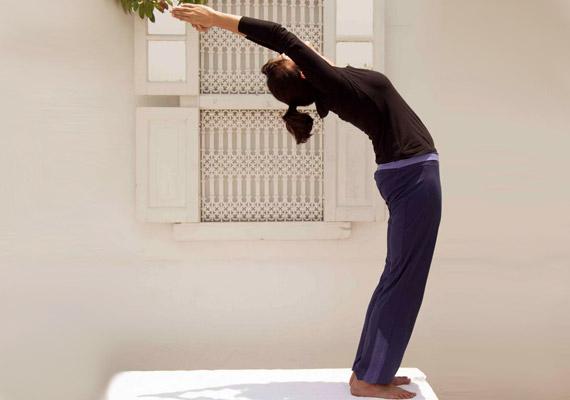 Belégzésre emeld a karokat a magasba, és dőlj hátra, amennyire jólesik - a csípőt közben egy kicsit told előre.