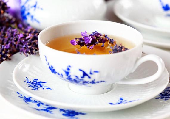 Bár a levendulát legtöbben a fürdővízhez adják, vagy illóolaját párologtatják, teaként is fogyasztható. A növény többek között cseranyagokat és kumarint tartalmaz. Nyugtató hatása mellett alkalmazható légúti fertőzések esetén is. Tudj meg többet a növényről!