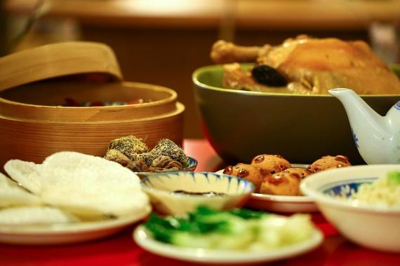 Az adalékanyag egyik leggyakoribb előfordulási helyét jelentik a kínai éttermek, az ázsiai konyha ugyanis már régóta alkalmazza a nátrium-glutamátot. Annak ellenére azonban, hogy gyakran szinte cukorként szórják meg vele az ételeket, megfigyelték, hogy a keleti országok lakói sokkal kevésbé érzékenyek rá, mint az Észak-Amerikában vagy Európában élők.