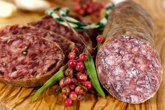 A különféle húskészítményekhez, felvágottakhoz is előszeretettel adnak ilyen ízfokozót.