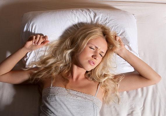 A túl puha, illetve túl kemény matrac gátolhat az elalvásban. Ha sikerül is elaludnod, a sok helyezkedés és forgolódás miatt nyugtalan lehet az éjszakád, és reggel kialvatlanul ébredhetsz.