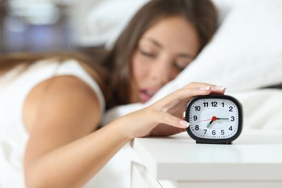 Ha már szó esett az ébresztőóráról: ha az a típus vagy, aki legalább tíz különböző időpontot beállít az ébresztéshez, hogy aztán kedvére nyomhassa ki őket, újabb és újabb öt perceket adva az alvásidőhöz, nem szabad csodálkozni azon, hogy nehezebben megy a felkelés, hiszen te magad is tudod, hogy valójában az utolsó időpontok egyikét tűzted ki célul. A megoldás ebben az esetben nagyon egyszerű: állíts be magadnak egyetlen jelzést, így muszáj lesz felébredned rá. Ha attól félsz, nem tudsz felkelni, és nem ébredsz fel egyetlen jelzésre, vagy félálomban kinyomod, állíts be erőteljesebb ébresztőhangot, és az órát vagy a telefont is helyezd olyan távolságba, hogy csak felkelve tudd elérni.