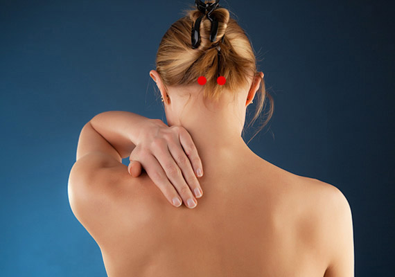 A H-10-es - Az ég oszlopai nevű - pontot a koponyalap alatt találod: jobbra és balra kéthüvelyknyire az öreglyuktól - attól a ponttól, ahol koponyához csatlakozik az gerincoszlop. Erős masszírozásával gyorsan megszüntethető a nyaki fájdalom.