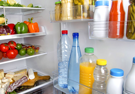 A tejet szinte mindenki a hűtőajtóban tárolja, ám a kánikulában nem ajánlott ide tenned. Ha ugyanis túl gyakran nyitogatod a hűtőszekrényt - esetleg nem zár 100%-osan -, könnyen megromolhat a tej még a lejárati idő előtt. A pasztőrözetlen tejet is felejtsd el melegben, ugyanis ha ilyet iszol, megnő az esélyed a szalmonellafertőzésre.