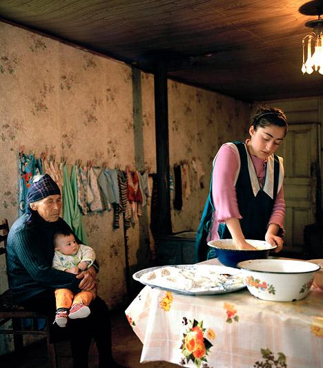 Abházok  Abházia a Fekete-tenger keleti partjaitól a Kaukázus gerincéig terjed, területe mintegy 7700 négyzetkilométer, északról Oroszország, délről Grúzia határolja. Az abházok között akadnak 150 éves kort is megérő emberek. Az egészséges megöregedés egyik abház receptje a rengeteg mozgás, ami beépül a napi tevékenységeikbe.  Kép: Ivor Prickett