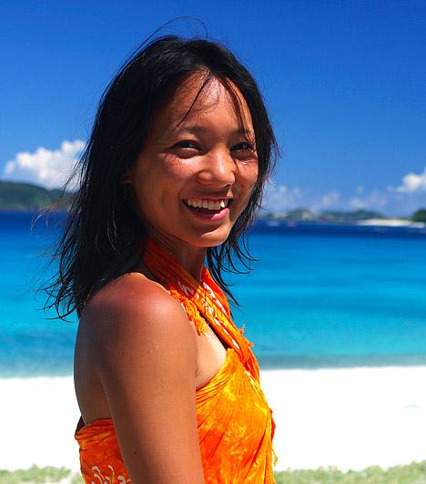 OkinawaiakJapán legdélibb régiója, Okinawa 161 gyönyörű szigetből áll. Mintegy 1,4 millió ember lakja. Ez a pálmákkal ékes, bőséges flórával és faunával, érintetlen esőerdőkkel megáldott szubtropikus szigetvilág 1300 kilométer hosszan nyúlik el Japán fő szigetei és Tajvan között. Okinawán él a világon dokumentáltan legtovább élt emberek 15%-a - noha a szigetvilág a Föld lakosságának mindössze 0,0002 %-át adja.