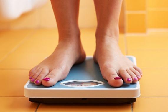 Jellemző tünet lehet a fogyás, mely az étvágytalanság, illetve a tápanyagok elszívása miatt is kialakulhat.