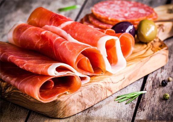 Ugyanez igaz a feldolgozott húsfélékre is, míg például egy rúd szalámi penészmentes fele még akár ehető is lehet, más esetben inkább dobd ki a terméket.