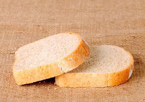 A penészes kenyeret és más pékárut sem szabad megenni, hiába maradtak ép részei.